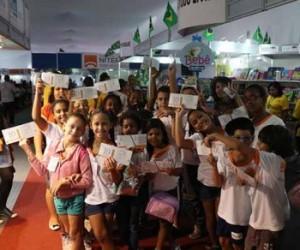 Crianças com o Lobato, a moeda social do evento/Divulgação/Facebook