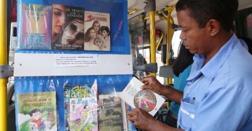 Cobrador monta biblioteca em ônibus em Brasília / Uol Educação